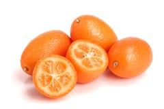 Cumquat lub kumquat z połówką odizolowywającą na białym tła zakończeniu up Obrazy Stock