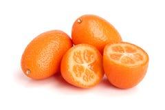 Cumquat lub kumquat z połówką odizolowywającą na białym tła zakończeniu up Obraz Stock