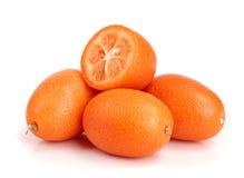 Cumquat lub kumquat z połówką odizolowywającą na białym tła zakończeniu up Obraz Royalty Free