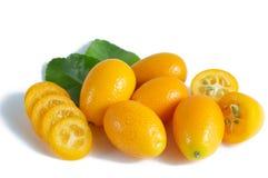 Cumquat o kumquat con la foglia isolata su fondo bianco Fine in su fotografia stock