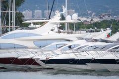 Cumujący luksusowy jachtu stojak na kotwicie Obraz Royalty Free
