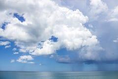 Cumuli leggeri e scuri sopra l'oceano Fotografia Stock