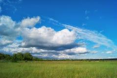 Cumuli sopra i campi nella valle Fotografia Stock