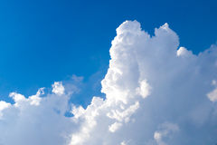 cumulonembo nel cielo blu Immagini Stock Libere da Diritti