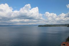 Cumulonimbus wolken op een blauwe hemelachtergrond boven het Adriatische overzees stock foto