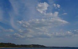 Cumulonimbusmoln och blå himmel fotografering för bildbyråer