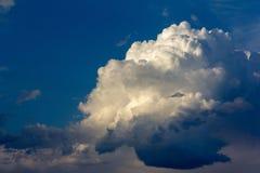 Cumulus énorme dans le ciel bleu photographie stock libre de droits