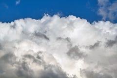Cumulus énorme et ciel bleu clair images libres de droits