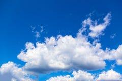 Cumulus épais et ciel bleu lumineux photo stock