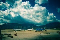 Cumulus acima do aeroporto fotos de stock royalty free