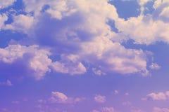 Cumulus assez vifs dans le ciel pour l'usage dans la conception comme fond image libre de droits