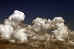 Cumulus assez vifs sur le ciel pour l'usage dans la conception comme fond photo libre de droits