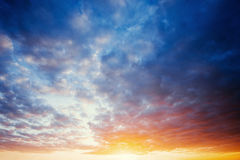Cumulus au coucher du soleil photographie stock libre de droits