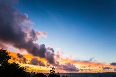 Cumulus au-dessus de l'océan photographie stock libre de droits