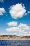 Cumulus au-dessus de lac photo libre de droits