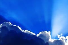 Cumulus avec des rayons de soleil image libre de droits