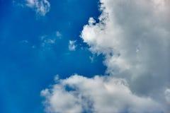 Cumulus blanc sur le ciel bleu comme fond image stock