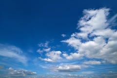 Cumulus blancs d'été de ciel bleu photographie stock