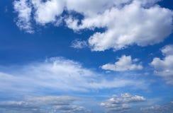 Cumulus blancs d'été de ciel bleu image libre de droits