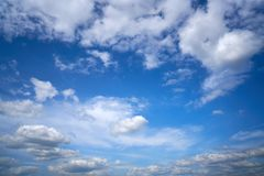 Cumulus blancs d'été de ciel bleu photos stock