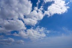 Cumulus blancs d'été de ciel bleu images stock