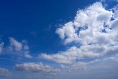 Cumulus blancs d'été de ciel bleu images libres de droits