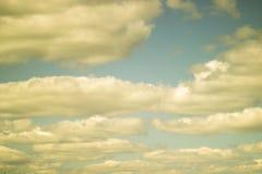 Cumulus blancs dans le ciel photos libres de droits