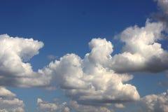 Cumulus blancs dans le ciel bleu d'été images stock
