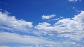 Cumulus blancs en ciel bleu photo stock