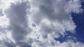 Cumulus blancs en ciel bleu photo libre de droits