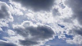 Cumulus blancs en ciel bleu photographie stock libre de droits