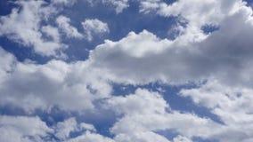 Cumulus blancs en ciel bleu photos libres de droits