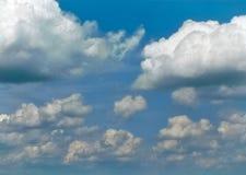 Cumulus blancs gonflés un jour ensoleillé images stock