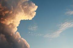 Cumulus chmura iluminująca i niebieskie niebo, Fotografia Royalty Free