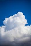 Cumulus chmura nad niebieskim niebem Obraz Stock