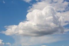 Cumulus chmura w niebieskim niebie na jasnym słonecznym dniu Obraz Royalty Free