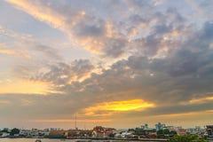 Cumulus chmury nad Bangkok miastem na zmierzchu czasie obraz stock