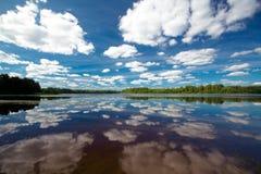 Cumulus chmury nad jeziorem Fotografia Royalty Free