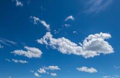 Cumulus chmury, niebieskie niebo fotografia stock