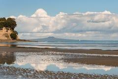 Cumulus chmury odbija na plaży Zdjęcia Royalty Free