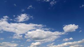 cumulus chmury przeciw niebieskiemu niebu zdjęcie wideo