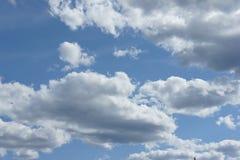 Cumulus chmury w niebieskim niebie Zdjęcie Royalty Free