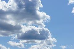 Cumulus chmury w niebieskim niebie Obraz Stock
