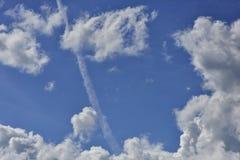 Cumulus chmury w niebieskim niebie i samolotowym ?ladzie obraz royalty free