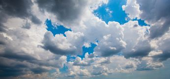 Cumulus contre le ciel bleu image stock
