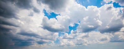 Cumulus contre le ciel bleu photographie stock libre de droits
