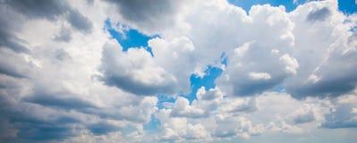 Cumulus contre le ciel bleu photographie stock