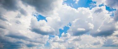 Cumulus contre le ciel bleu photo stock