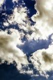 Cumulus contre le ciel bleu-foncé Fond céleste photos stock