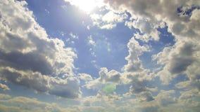 cumulus contre le ciel bleu banque de vidéos